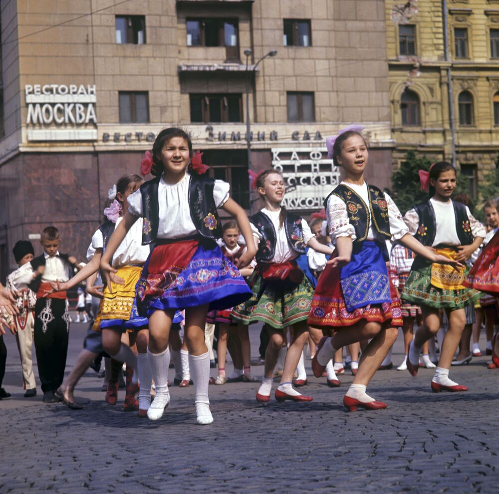 They Were Example to All: Life of Soviet Pioneers in Colour