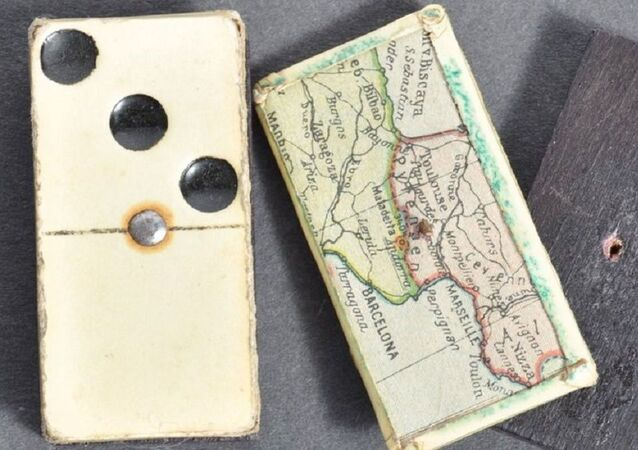A pair of dominos concealing a hidden map sold for £800