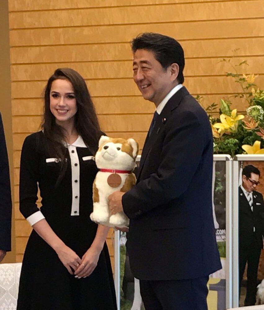 Alina Zagitova and Japan's Prime Minister Shinzo Abe during a meeting in Japan