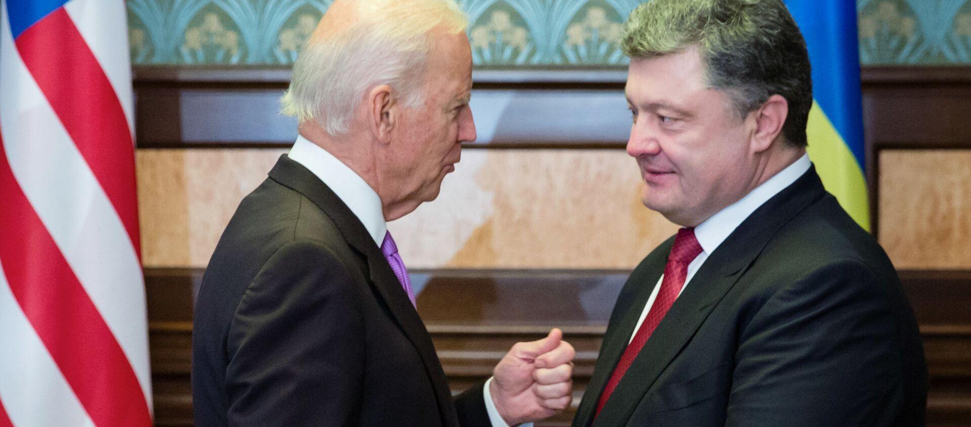 US Vice President Joe Biden (left) and Ukrainian President Petro Poroshenko during a meeting in Kiev - Sputnik International, 1920, 17.08.2020