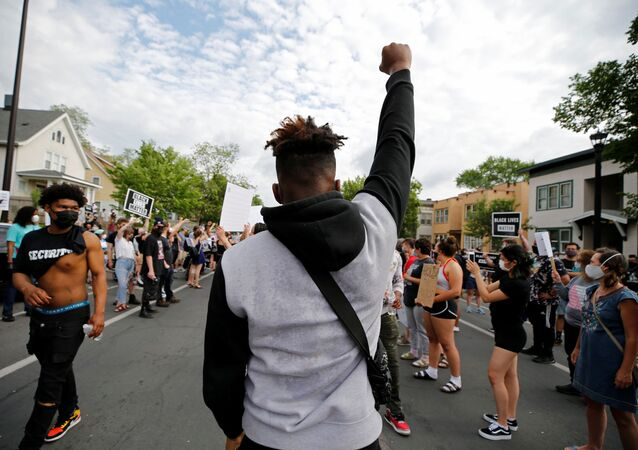 Protesters gather at the scene where George Floyd, an unarmed black man, was pinned down by a police officer kneeling on his neck before later dying in hospital in Minneapolis, Minnesota, U.S. May 26, 2020.