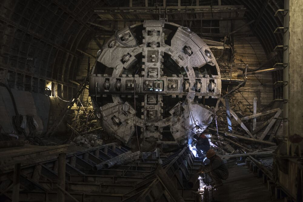 A tunnel shield in the dismantling chamber during the construction of the new Nizhnyaya Maslovka station.