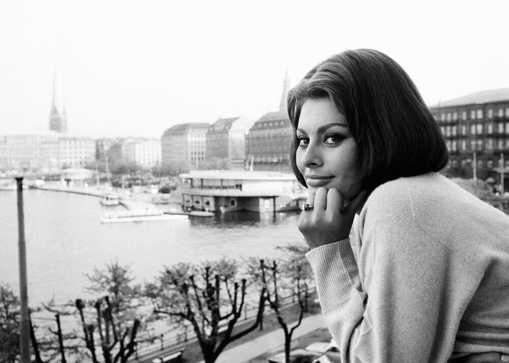 Italian movie actress Sophia Loren, at the window of her room in the hotel Vier Jahreszeiten (Four Seasons), in Hamburg, May 21, 1962.