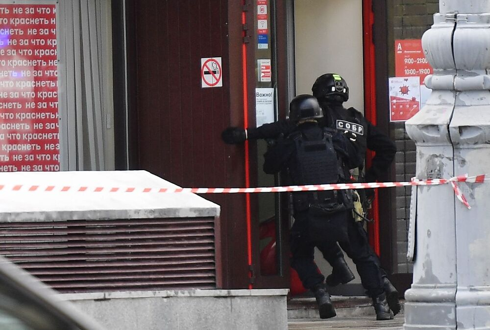 Police officers at the branch of Alfa Bank in the centre of Moscow, where an attacker took several people as a hostage.