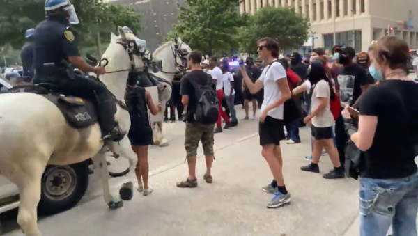 Mounted Police Clashes With People at Houston, Texas - Sputnik International