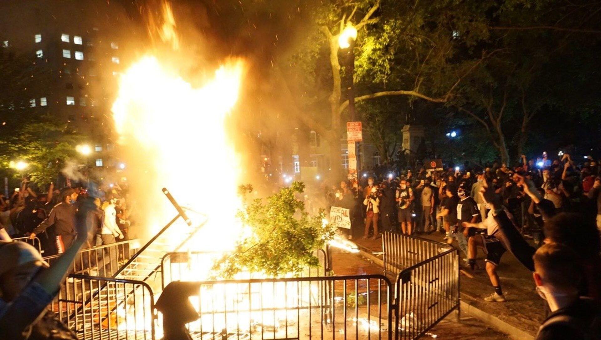 'Black Lives Matter': Washington, DC in Flames as George Floyd Riots Rage on - Sputnik International, 1920, 22.07.2021