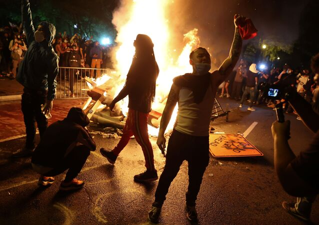 Protesters rally around a bonfire in the midst of protests against the death in Minneapolis police custody of George Floyd near the White House in Washington, U.S. May 31, 2020. Picture taken May 31, 2020.