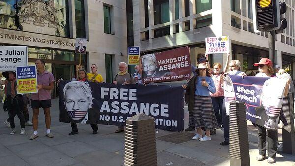 Supporters of Julian Assange outside Westminster Mags Court 1 June 2020 - Sputnik International