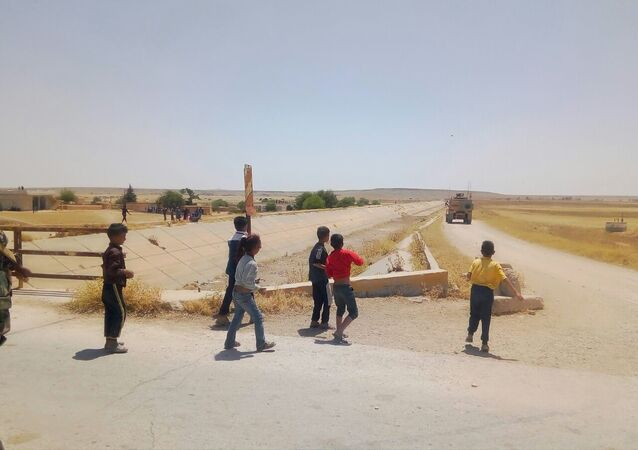 Syrian children stoned an American patrol soldiers