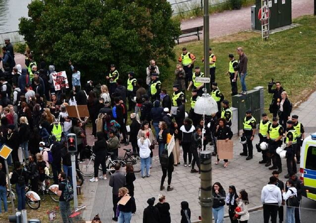 They rallied to the Malmö police headquarters