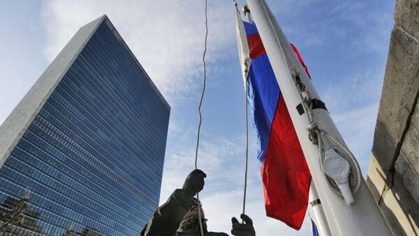 A United Nations security officer raises the Russian flag outside UN headquarters, Tuesday morning, 21 February 2017. - Sputnik International