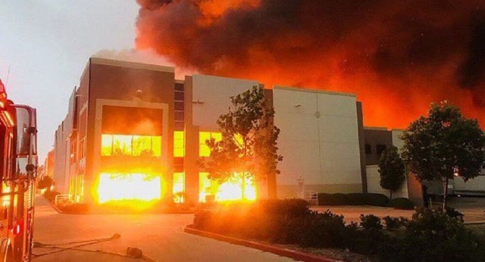 Fire at a warehouse facility operating as an Amazon distribution centre in Redlands, California, in the Los Angeles area, 05.06.2020.