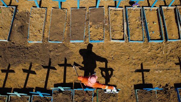Могильщик на кладбище Nossa Senhora Aparecida, где хоронят жертв COVID-19, в окрестностях города Тарума в Манаусе, Бразилия - Sputnik International