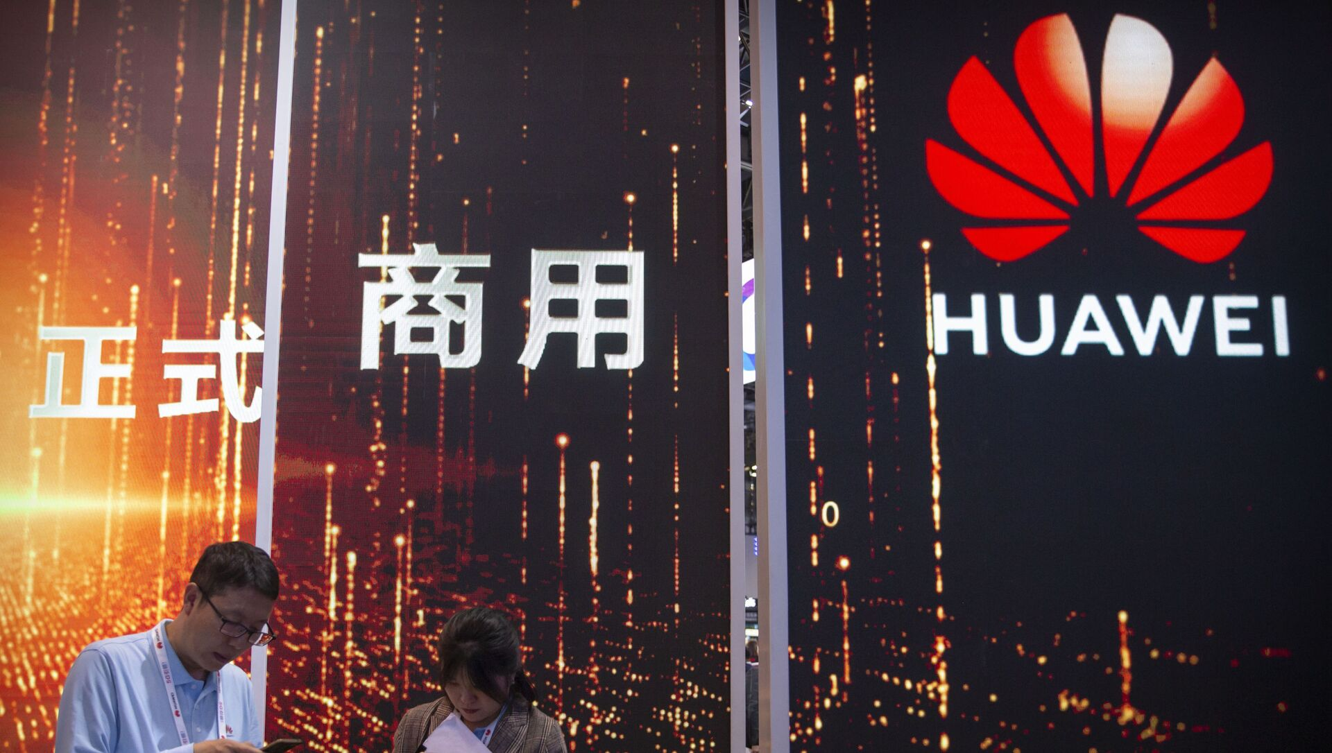In this Oct. 31, 2019 photo, attendees use their smartphones near a Huawei booth at the PT Expo technology conference in Beijing. Chinese tech giant Huawei is racing to develop replacements for Google apps. U.S. sanctions imposed on security grounds block Huawei from using YouTube and other popular Google core apps. - Sputnik International, 1920, 21.07.2021