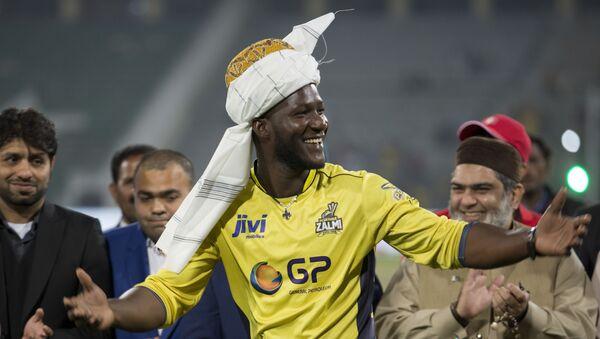 Former West Indies captain Darren Sammy gestures wearing a traditional turban at Gaddafi stadium in Lahore, Pakistan, Sunday, March 5, 2017 - Sputnik International