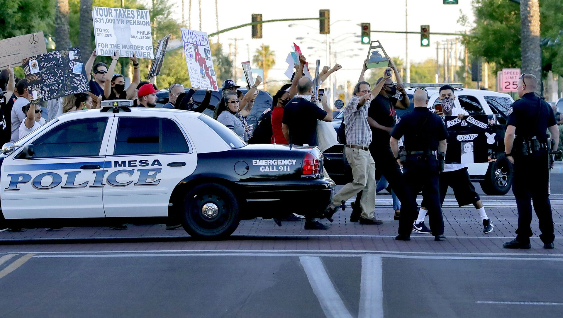 Protesters demanding police reform walk past Mesa police officers blocking a street, Tuesday, June 9, 2020, in Mesa, Ariz. The protest is a result of the death of George Floyd, a black man who died after being restrained by Minneapolis police officers on May 25 - Sputnik International, 1920, 08.05.2021