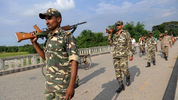 Indian Sashatra Seema Bal (SSB) soldiers patrol on The Mechi River Bridge at Indo-Nepal border at Pantanki some 46 kms from Siliguri on June 6, 2009 - Sputnik International