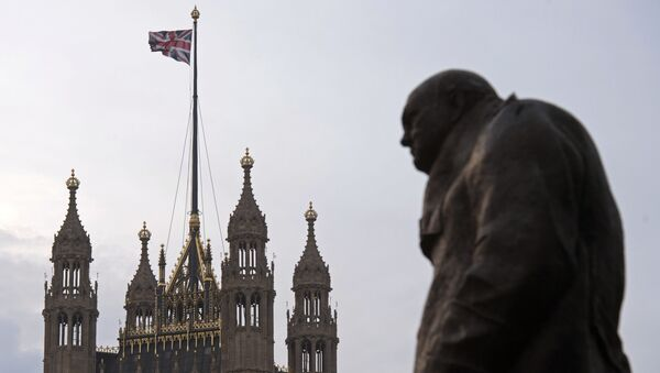A statue of former British Prime Minister Winston Churchill stands near the Victoria Tower of the Houses of Parliament, as a British Union flag flies from a pole atop the tower, in London on December 8, 2016. - Sputnik International