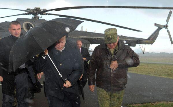 Russian President Vladimir Putin (centre) arrives at the Khmelevka training ground in the Kaliningrad Region, for the Russian-Belarusian West 2013 drills - Sputnik International