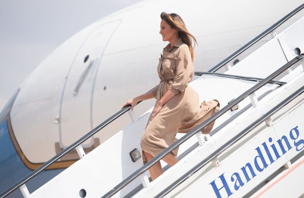 US First Lady Melania Trump disembarks from her military aeroplane upon arrival at Lilongwe International Airport October 4, 2018, for a 1-day visit in Malawi, part of her week-long trip to Africa to promote her 'Be Best' campaign - Sputnik International