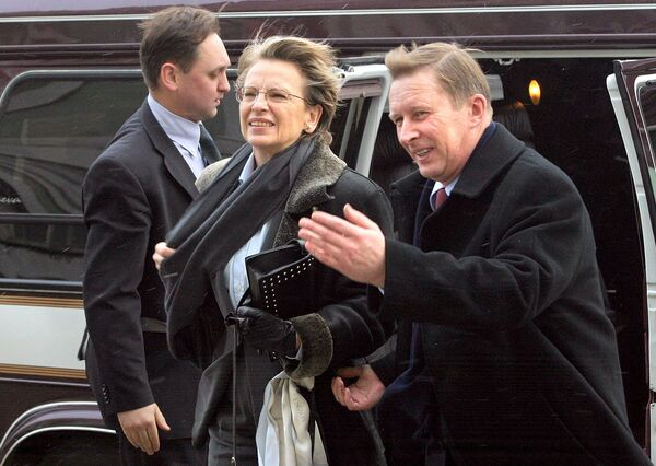 Russian Former Defense Minister Sergei Ivanov (R) welcomes his French counterpart Michele Alliot-Marie (C) as they arrive for meeting with students of  St. Petersburg State University, 20 January 2005 - Sputnik International