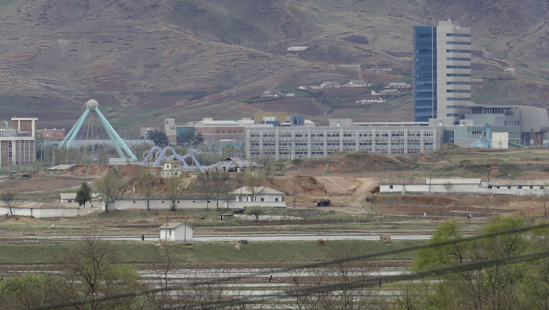 FILE - In this April 24, 2018, file photo, the Kaesong industrial complex in North Korea is seen from the Taesungdong freedom village inside the demilitarized zone during a press tour in Paju, South Korea - Sputnik International, 1920, 03.08.2021