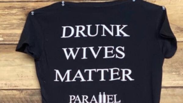 Photo: US Bar Owner Apologizes After 'Drunk Wives Matter' Shirt Causes Uproar - Sputnik International