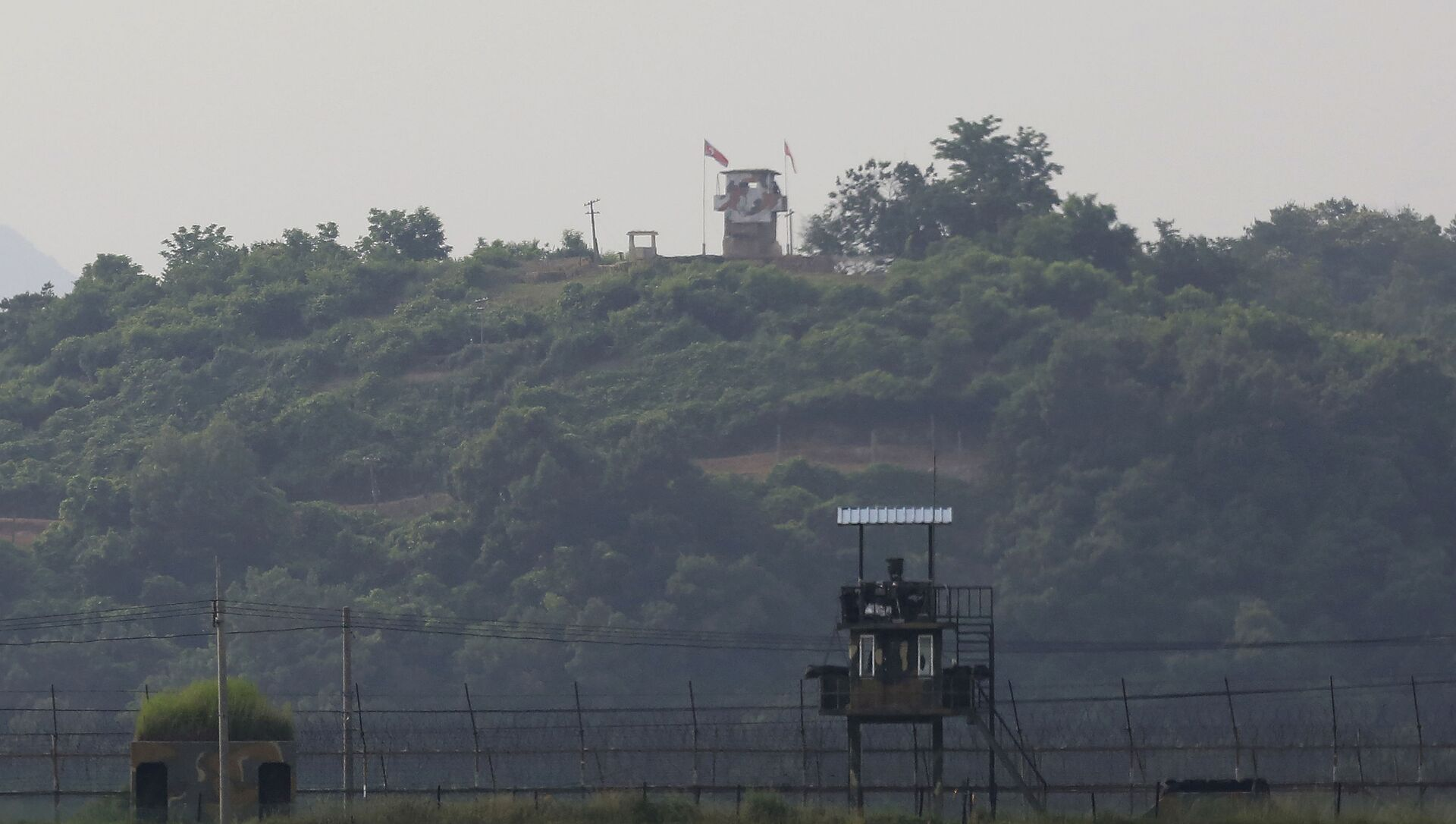 Military guard posts of North Korea, rear, and South Korea, foreground, are seen in Paju, at the border with North Korea, South Korea, Tuesday, June 16, 2020 - Sputnik International, 1920, 28.07.2021