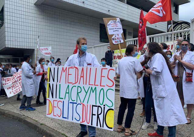 Protests outside the Robert-Debré hospital