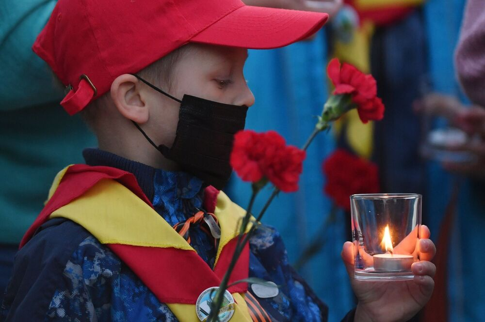 Young participant of the Memory Watch. Eternal Flame campaign in the Alexander Garden in Moscow.