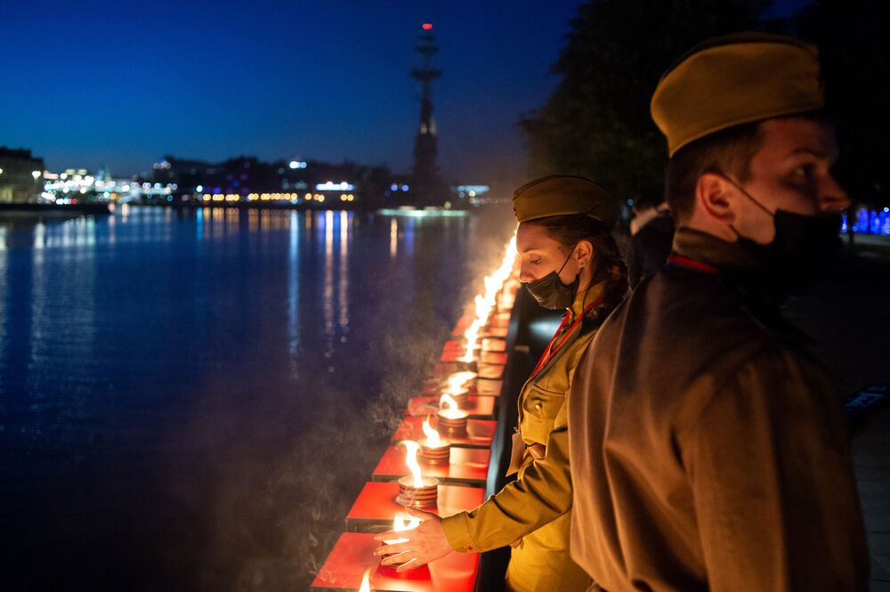 Volunteers lit 1418 candles on Krymskaya Embankment in Moscow as part of the Memory Line campaign, dedicated to the anniversary of the Great Patriotic War.