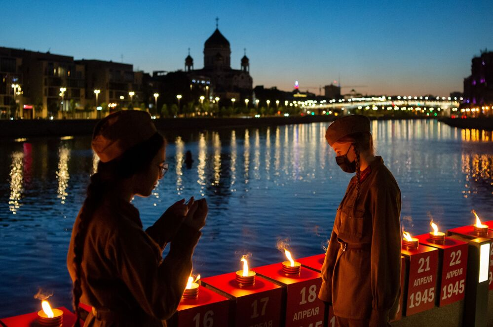 Volunteers lit 1418 candles on Krymskaya Embankment in Moscow as part of the Memory Line campaign.