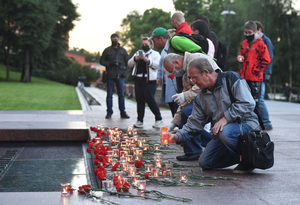 Participants of the Memory Watch. Eternal Flame campaign in the Alexander Garden in Moscow.