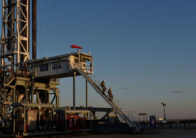 A drilling crew leaves the rig at the end of their shift on a lease owned by Parsley Energy in the Permian Basin near Midland, Texas U.S. August 24, 2018. Picture taken August 24, 2018