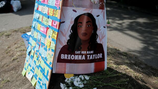 A portrait of Breonna Taylor is posted to a pole beside messages on sticky notes as protesters establish what they call an autonomous zone while continuing to protest against racial inequality and call for a defunding of Seattle police, in Seattle, Washington, U.S. June 10, 2020. REUTERS/Lindsey Wasson - Sputnik International