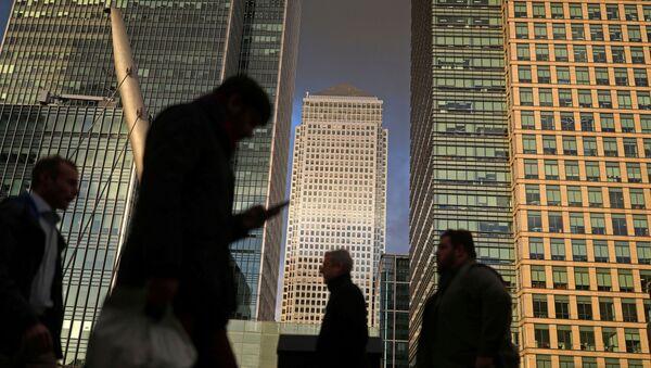 People walk through the Canary Wharf financial district of London, Britain, December 7, 2018 - Sputnik International