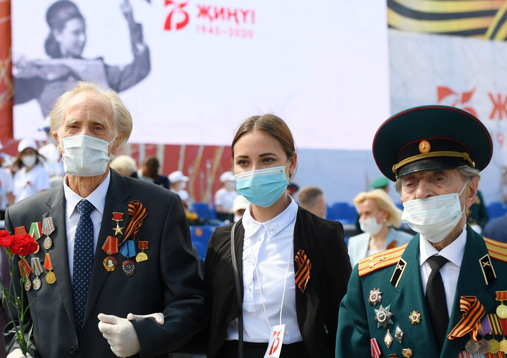 Veterans of World War II and a volunteer of victory during the military parade marking the 75th anniversary of Victory in World War II on Freedom Square in Kazan