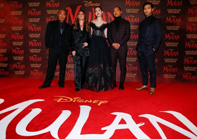 Cast members Ron Yuan, Yifei Liu, Jason Scott Lee and Yoson An pose with director Niki Caro, at the European premiere for the film Mulan in London, Britain March 12, 2020.
