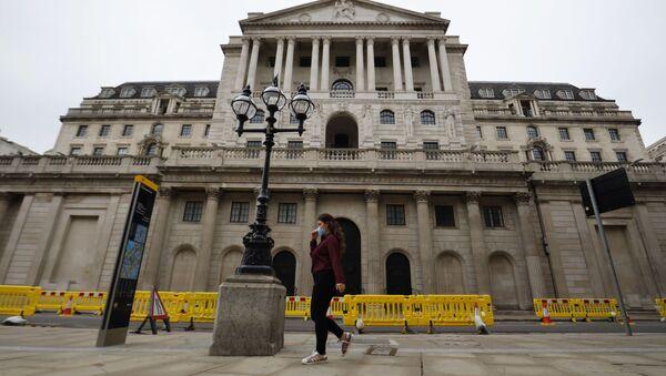 A pedestrian walks past the Bank of England in London on 17 June 2020. - Sputnik International