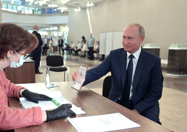 Russian President Vladimir Putin takes part in the consitutional amendment vote on 1 July, 2020.