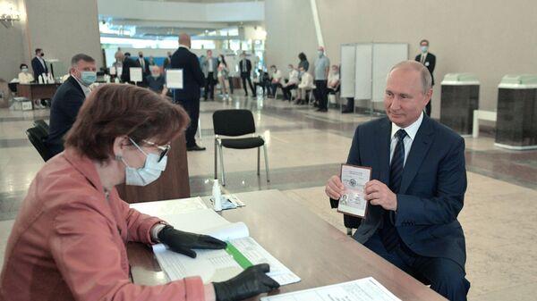 Russian President Vladimir Putin takes part in the consitutional amendment vote on 1 July, 2020. - Sputnik International
