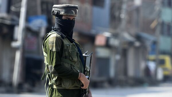 An Indian paramilitary soldier secures an area near the site of a gun battle between suspected militants and government forces in downtown Srinagar on May 19, 2020. - Sputnik International