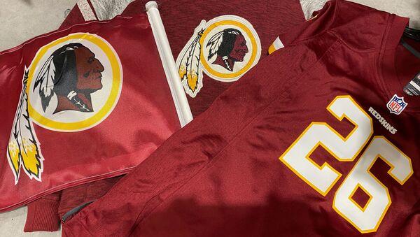 Washington Redskins football shirts and a team flag on sale at a sporting goods store in Bailey's Crossroads, Virginia, U.S., June 24, 2020 - Sputnik International