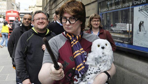Fans of J.K. Rowling's Harry Potter books queue outside the The National Library of Scotland in Edinburgh, Scotland on June 26, 2017 - Sputnik International