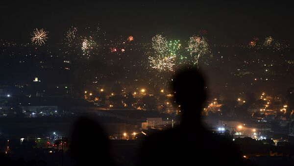 People watch fireworks burst over Los Angeles, California on 4 July 2020 during celebrations for the Fourth of July holiday, amid the coronavirus pandemic. - Sputnik International
