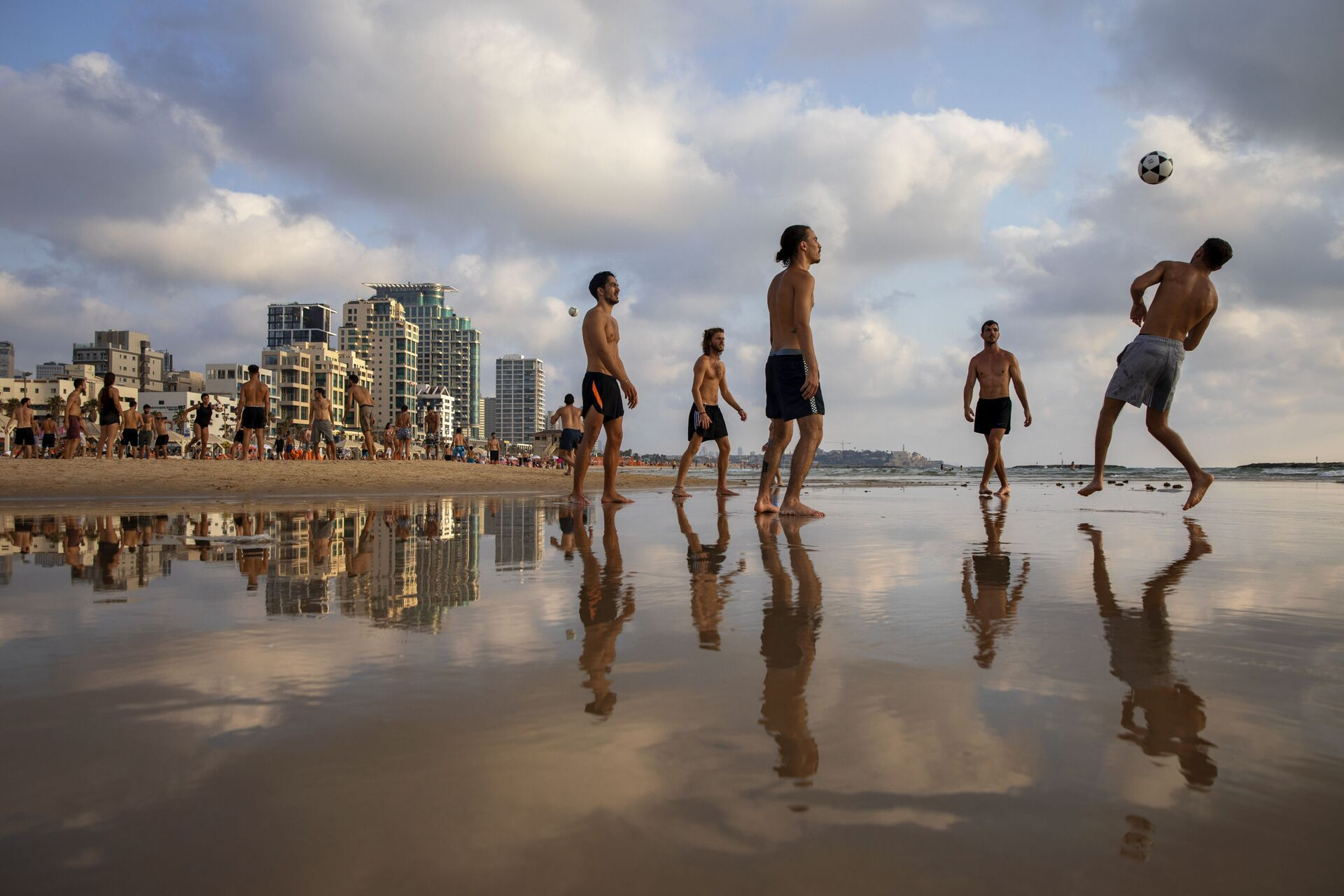People play footvolley at the beach in Tel Aviv, Israel, Sunday, July 5, 2020 - Sputnik International, 1920, 07.09.2021