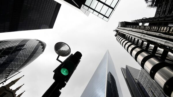 A traffic light is seen surrounded by skyscrapers in the City of London financial district, following the coronavirus disease (COVID-19) outbreak, in London, Britain June 30, 2020 - Sputnik International