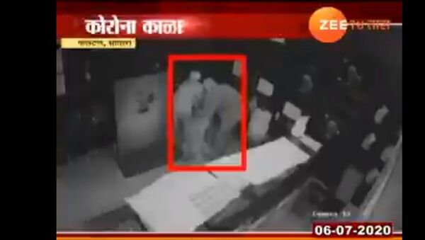 3 thieves wearing PPE kits stole gold worth rupees 20 lakh from satara. that gold shop was near containment zone - Sputnik International