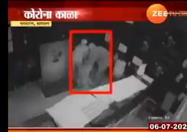 3 thieves wearing PPE kits stole gold worth rupees 20 lakh from satara. that gold shop was near containment zone
