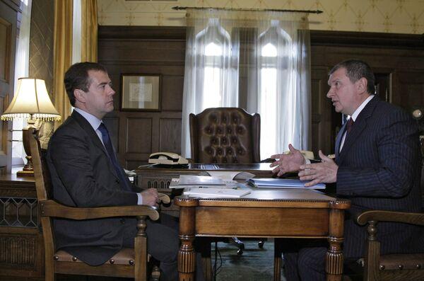 Dmitry Medvedev meets with Deputy PM Igor Sechin - Sputnik International
